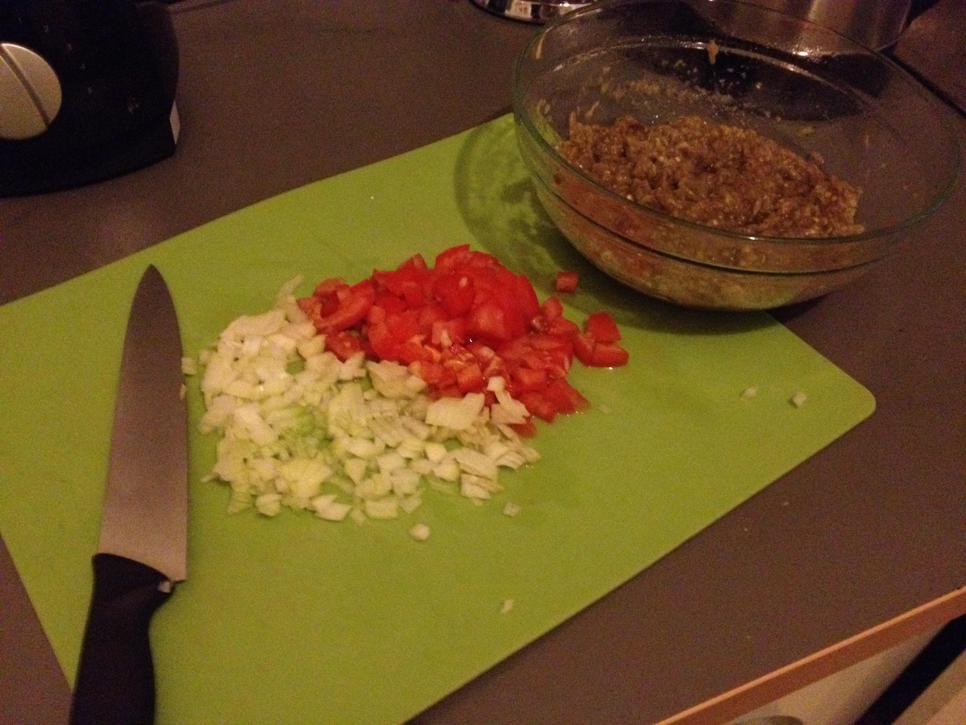 קוצצים בצל ועגבניה