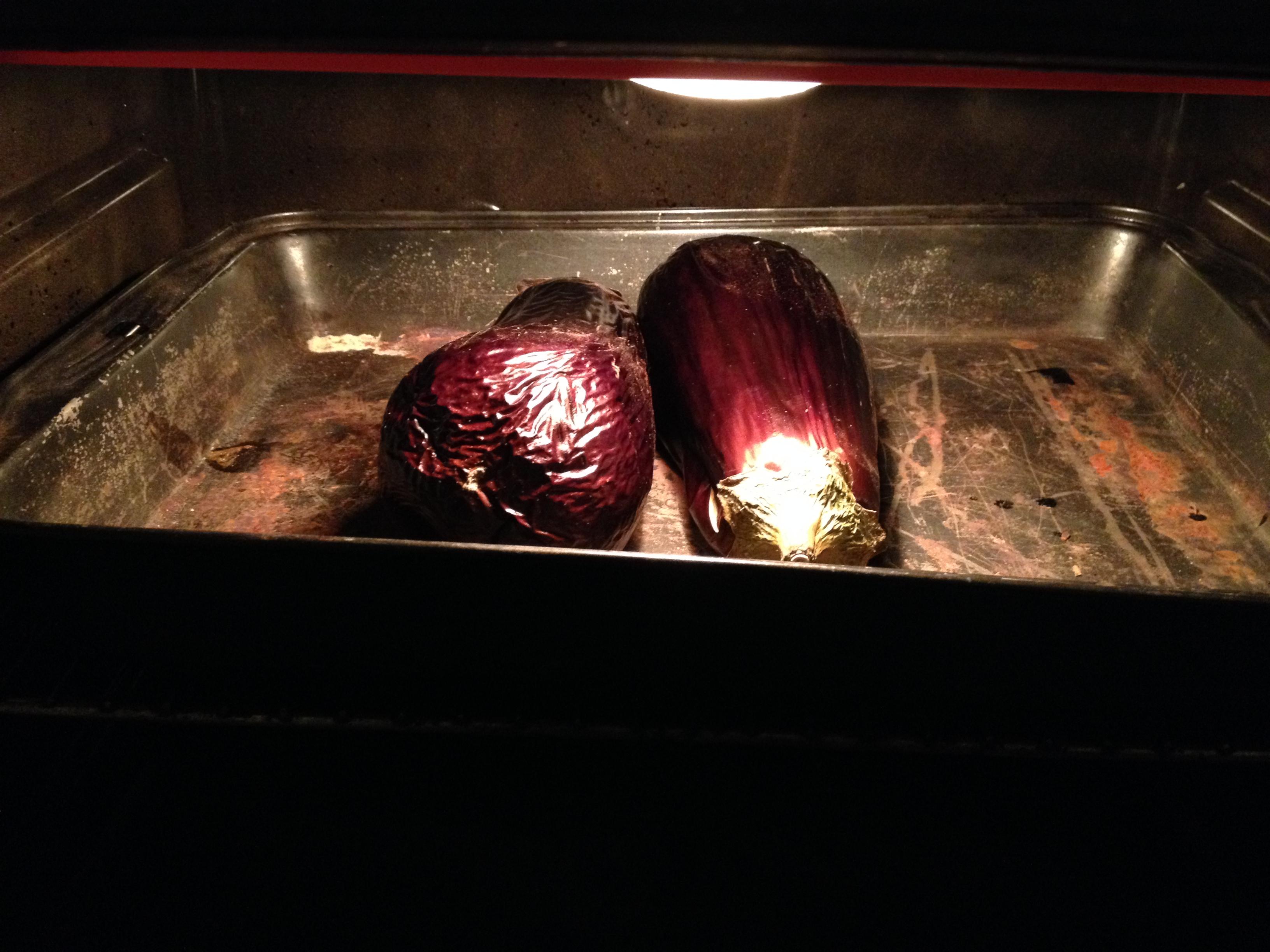 החצילים נחרכים לאיטם בתנור