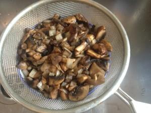 מגירים את הנוזלים מהפטריות