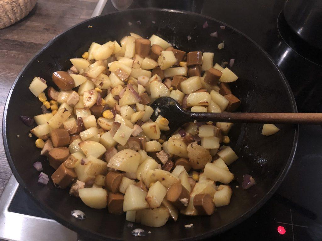 תפוחי האדמה נכנסים למחבת