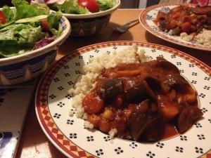 תבשיל חצילים וחומוס ברוטב עגבניות. נערכים לסתיו.