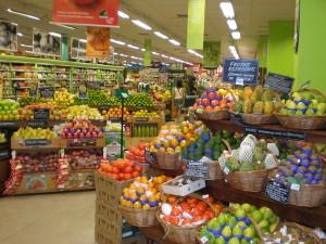 אגף הפירות והירקות בסופר. הרבה יותר עשיר ומגוון